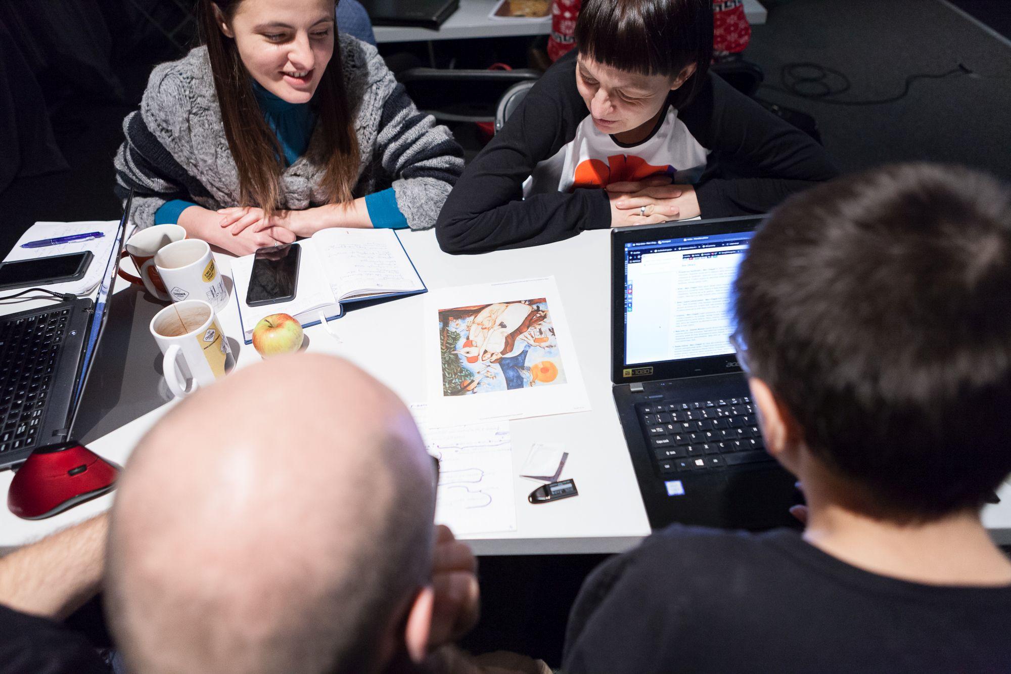 Inkubator Kultury | Audiodeskrypcja [Szkolenie z audiodeskrypcji. Na zdjęciu uczestnicy analizują i opisują obraz]