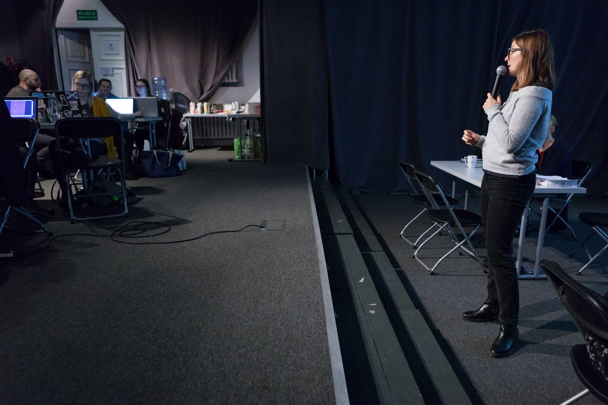 Inkubator Kultury | Audiodeskrypcja  [Szkolenie z audiodeskrypcji. Na zdjęciu prowadząca przemawia do zgromadzonych uczestników]
