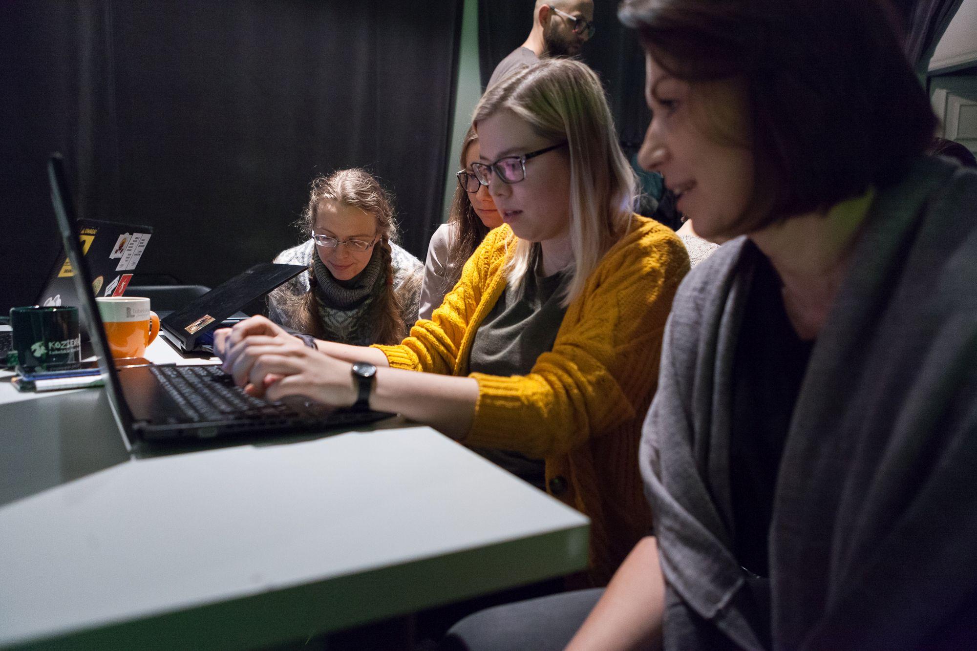 Inkubator Kultury | Audiodeskrypcja [ Szkolenie z audiodeskrypcji. Na zdjęciu uczestnicy projektu, pracują na komputerach  w grupie ]