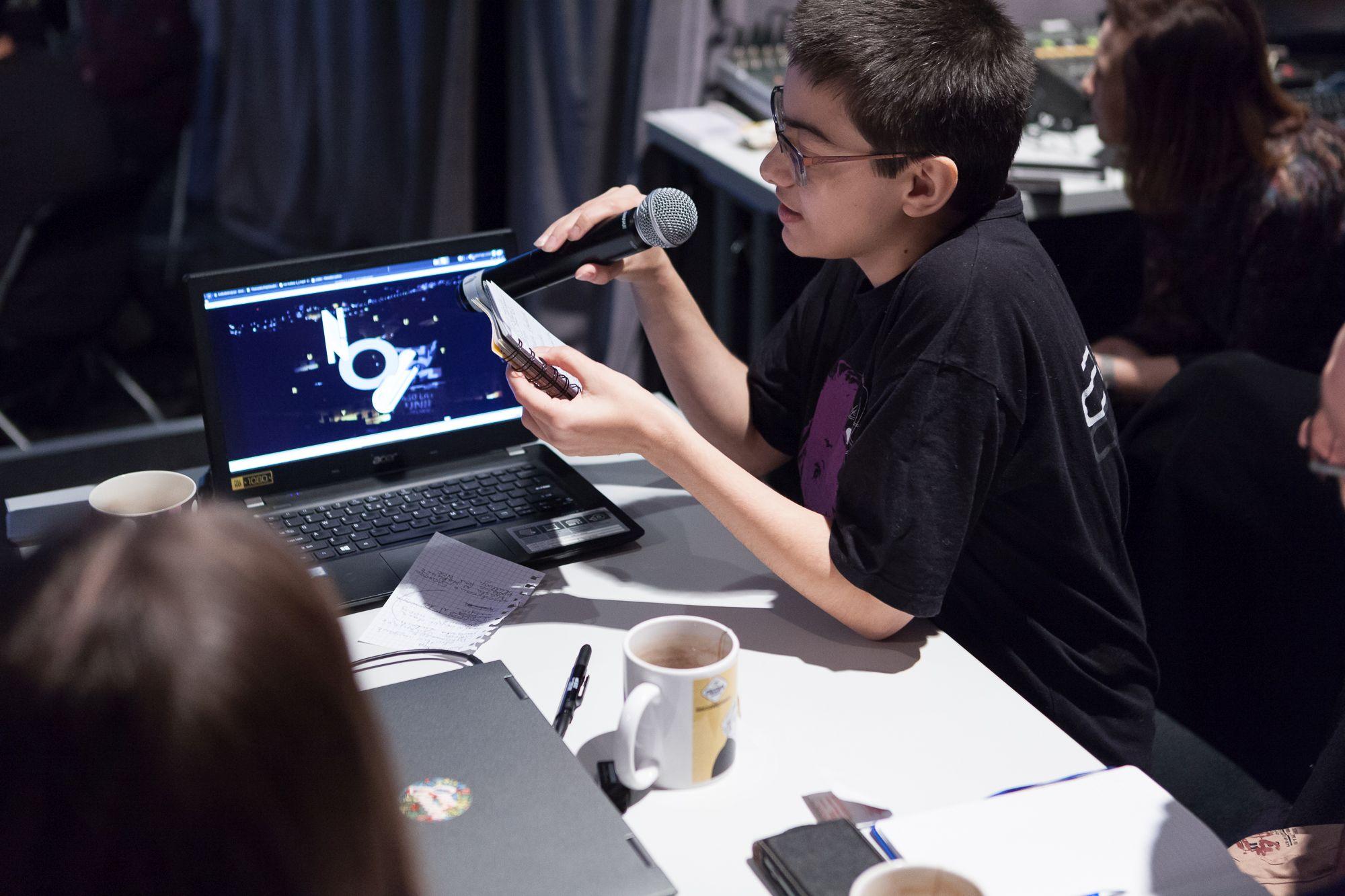 Inkubator Kultury | Audiodeskrypcja  [Szkolenie z audiodeskrypcji. Zbliżenie na jednego uczestnika, odczytującego efekt pracy grupowej]