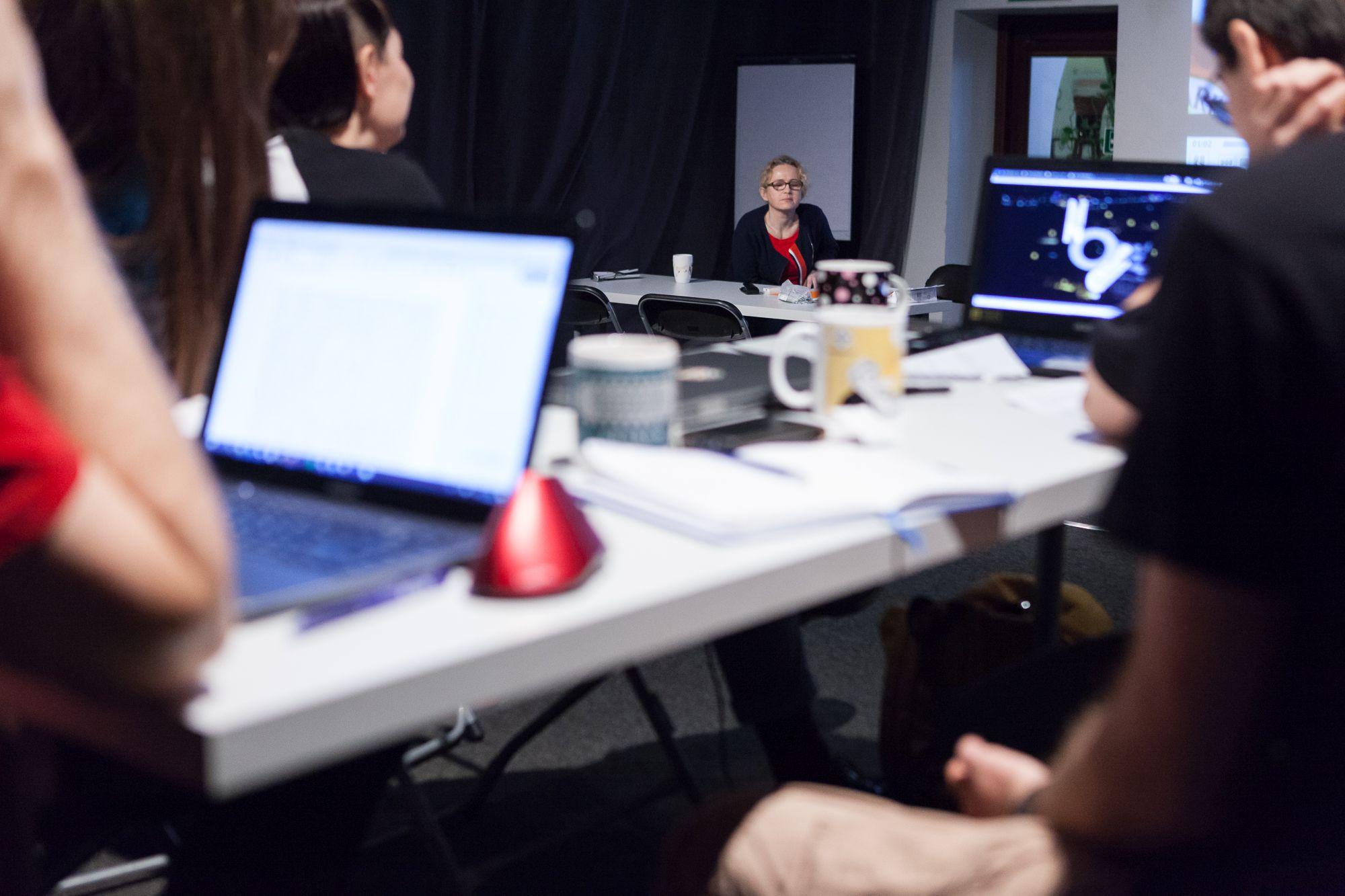 Inkubator Kultury | Audiodeskrypcja  [Szkolenie z audiodeskrypcji. Na zdjęciu widać jedną z prowadzących szkolenie oraz uczestników]
