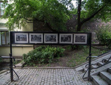 fot. Ignac Tokarczyk  [plenerowa galeria fotografii w Zaułku Hartwigów w Lublinie,  na zdjęciu pięć oprawionych  czarno-białych fotografii]