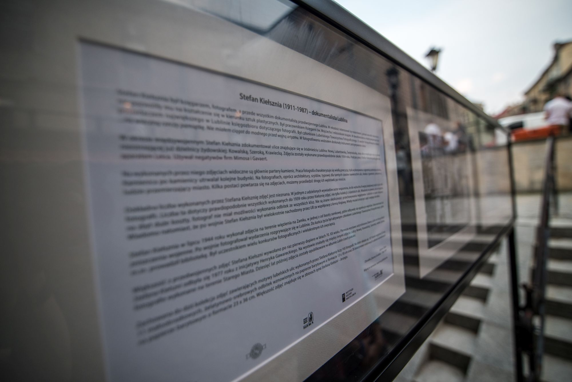 Kiełsznia - dokumentalista Lublina  [galeria fotografii w Zaułku Hartwigów, zbliżenie na opis wystawy]