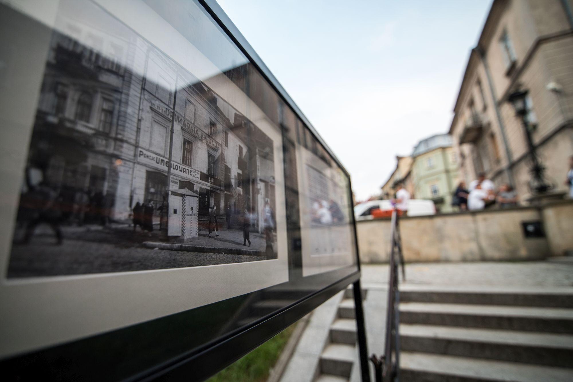Kiełsznia - dokumentalista Lublina [galeria fotografii w Zaułku Hartwigów, zbliżenie na czarno-białą fotografię przedstawiającą miasto]
