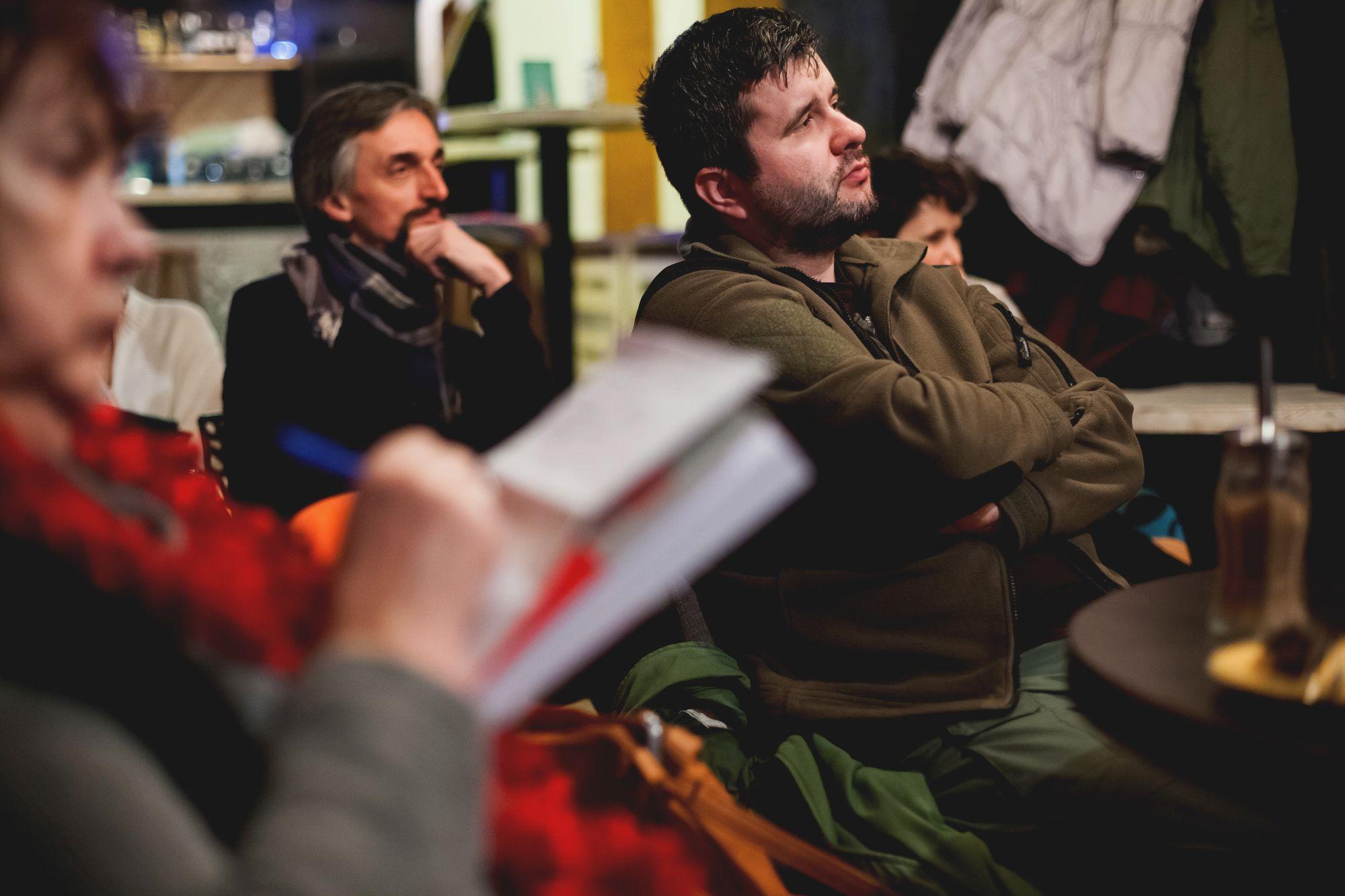 Naznaczeni przez rewolucję bolszewików  [Zbliżenie na uczestników spotkania, którzy uważnie słuchają autorów. Jedna słuchająca robi notatki]