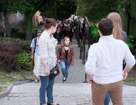 Lublin Zofii Chomętowskiej [ plenerowa wystawa fotografii w Zaułku Hartwigów,  na zdjęciu widać dużą grupę ludzi, przechodzącą wzdłuż wystawy]