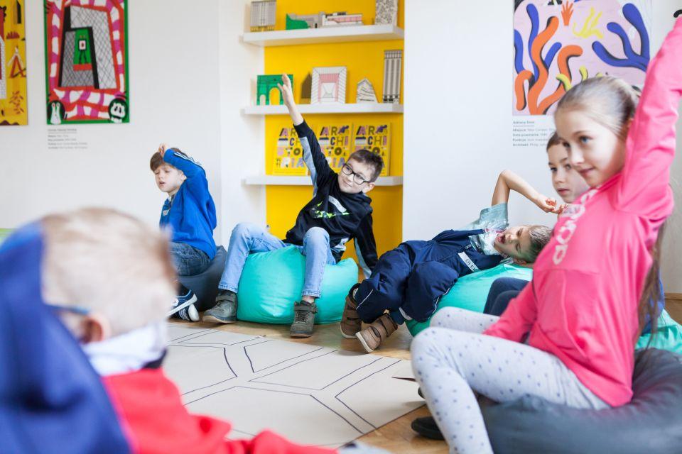 Mali architekci  [ warsztat dla dzieci w ramach Małej Majsterni. Na zdjęciu dzieci zgłaszają się do odpowiedzi]