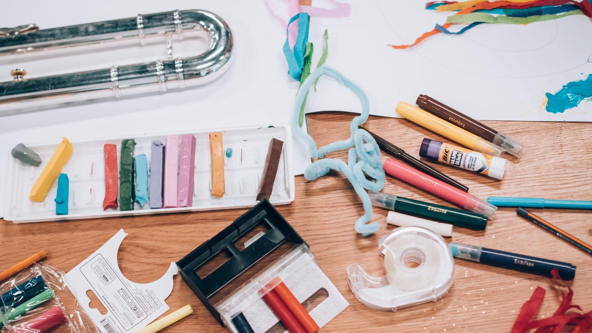 Materiały plastyczne: pisaki, plastelina, taśma klejąca, karton, wstążki