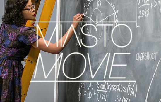 Kadr z filmu Ukryte działania, czarnoskóra kobieta pisząca kredą po tablicy