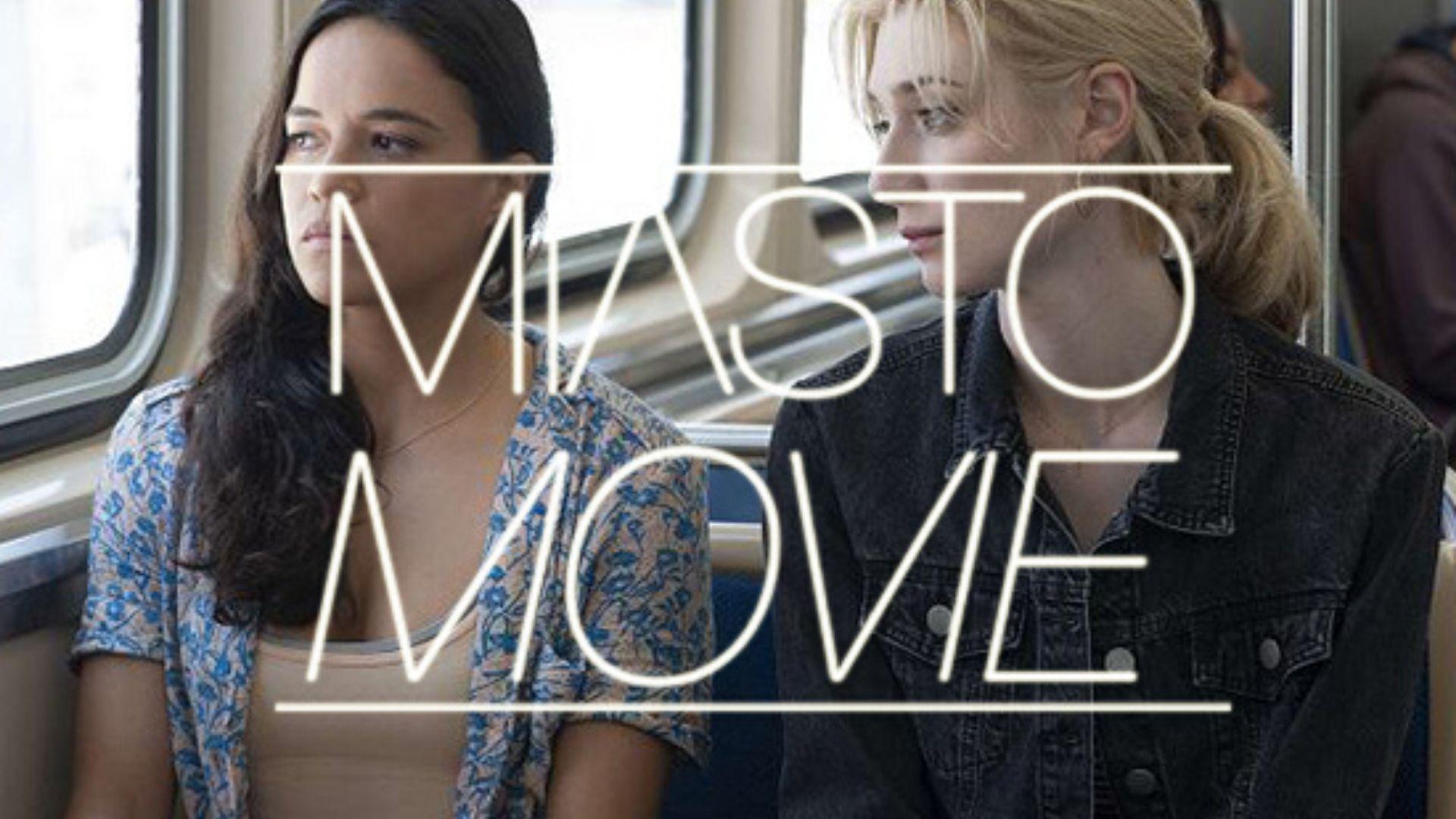 """Na zdjęciu kadr z filmu. dwie kobiety siedzą obok siebie w autobusie lub innym środku transportu. Patrzą w okno. Na środku napis """"Miasto Movie"""""""