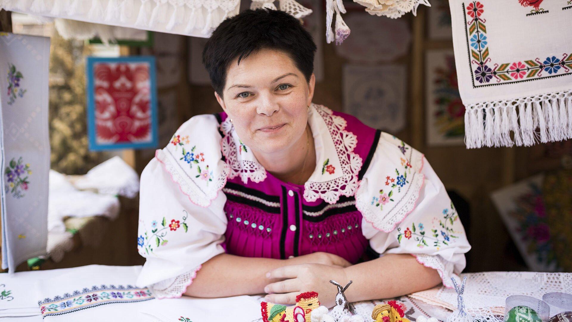 Zdjęcie ilustracyjne. Twórczyni ludowa na swoim straganie podczas Jarmarku Jagiellońskiego.