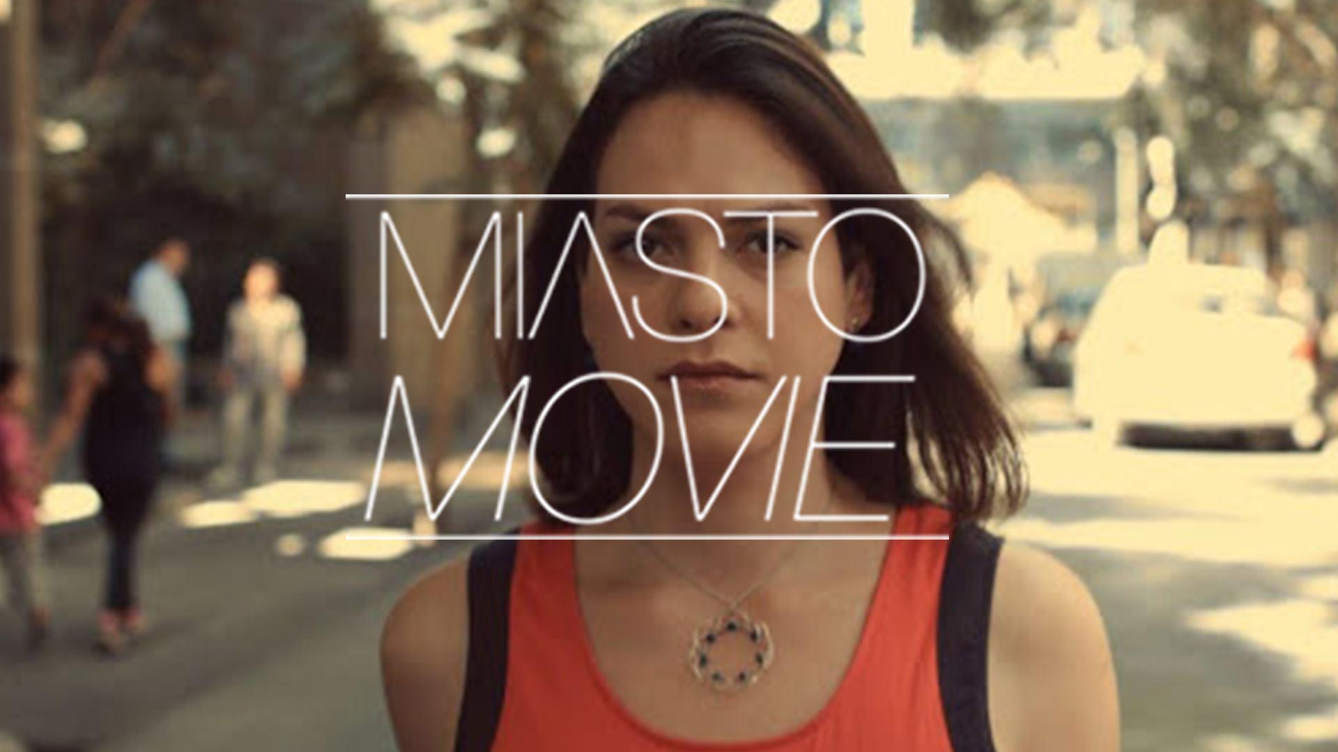 kadr z filmu Fantastyczna kobieta z umieszczonym pośrodku napisem - logo projektu Miasto movie