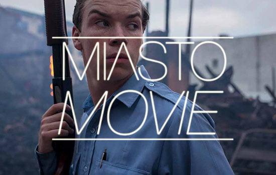kadr z filmu Detroit  z umieszczonym pośrodku napisem - logo projektu Miasto movie