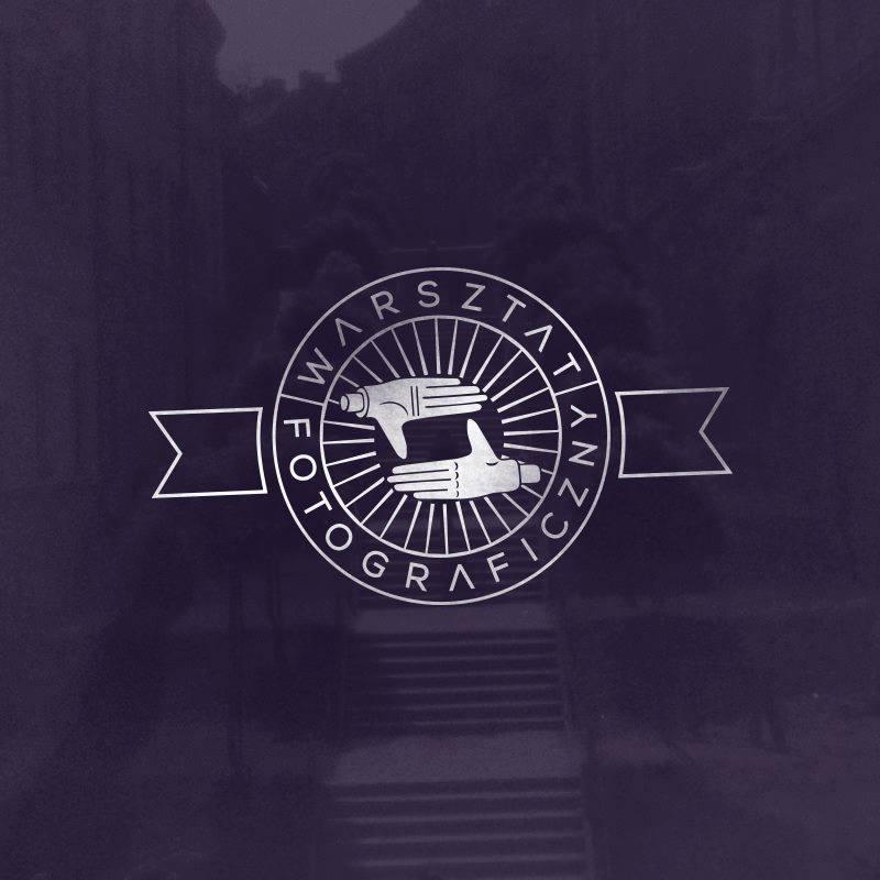 Grafika promocyjna, w kształcie kwadratu. Na ciemnym, granatowym tle białe logo: Warsztat fotograficzny.
