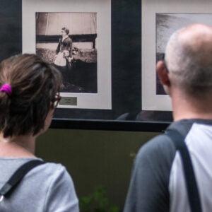 Mężczyzna i kobieta oglądają zdjęcia z wystawy