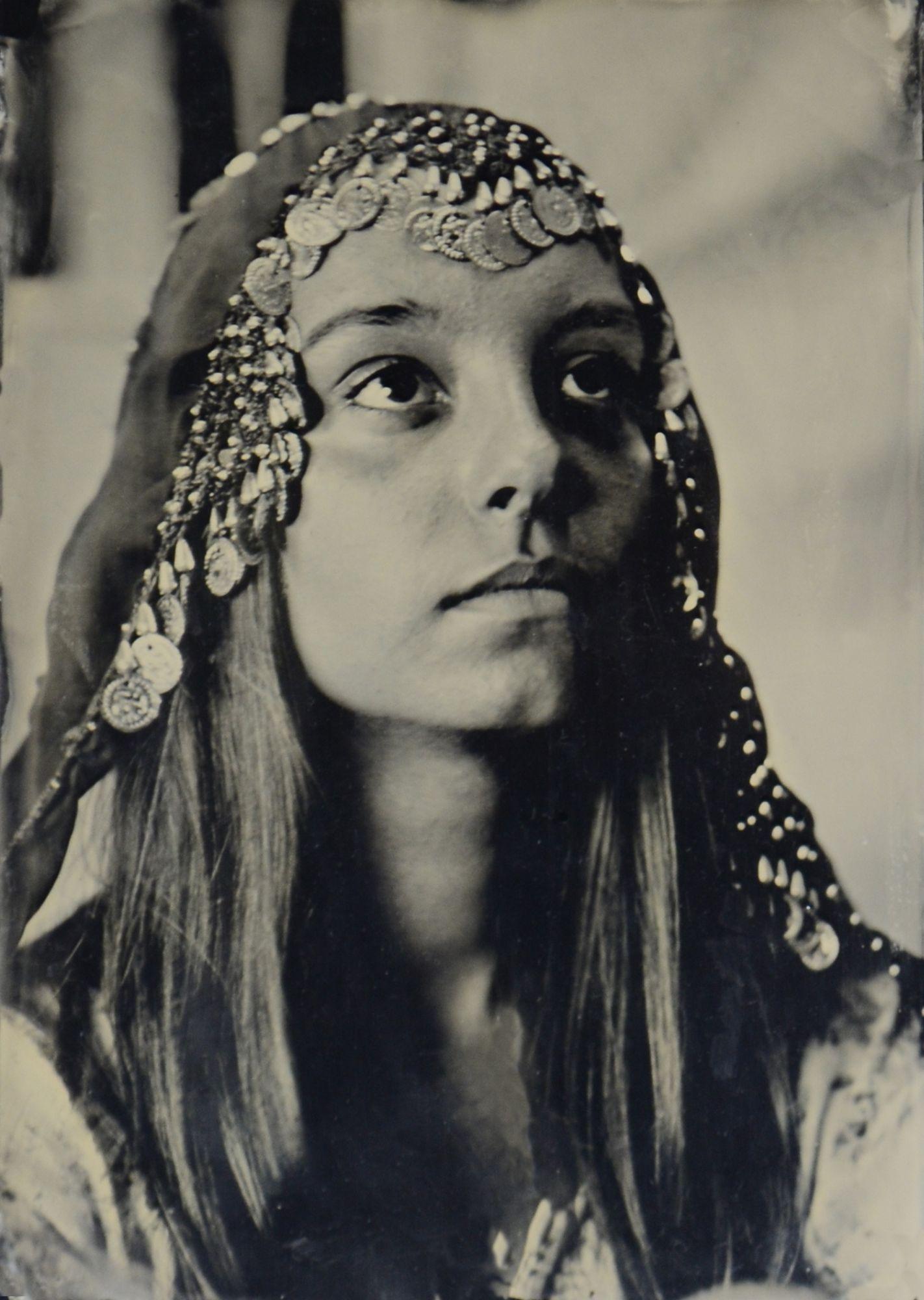 czarno-białe zdjęcie młodej kobiety