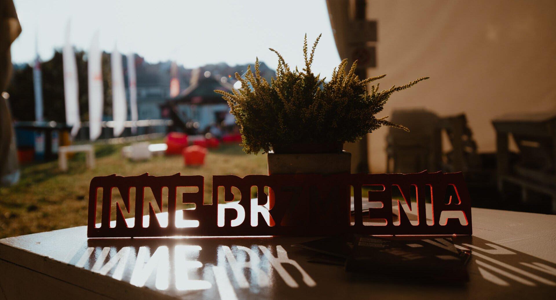 zdjęcie z klubu festiwalowego Innych Brzmień, w tle Błonia pod Zamkiem, leżaki.