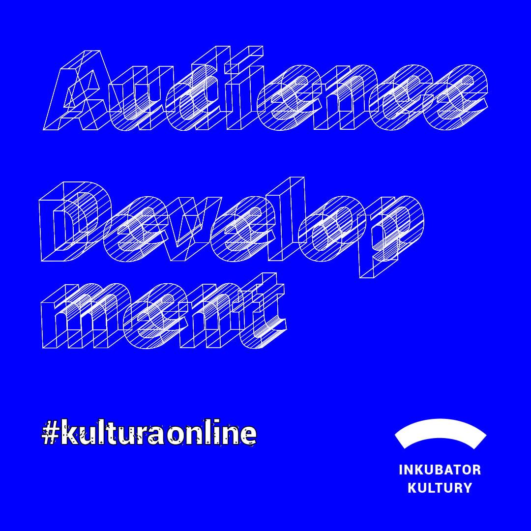 niebieska plansza z białym napisem Audience Development. Poniżej napis #kulturaonline. W prawym dolnym rogu logo projektu - biały łuk i podpis inkubator kultury