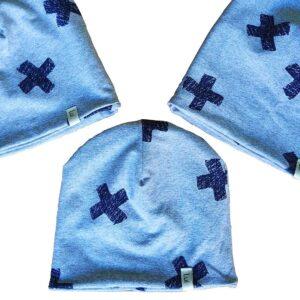 Trzy bawełniane czapki z jasnoniebieskiej dzianiny z nadrukiem granatowych grubych krzyżyków