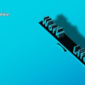 grafika promująca wydarzenie: na niebieskim tle widać huśtawkę-równoważnię ze słowami Work i life. W lewym górnym rogu hasztag kultura online oraz białe logo inkubatora kultury