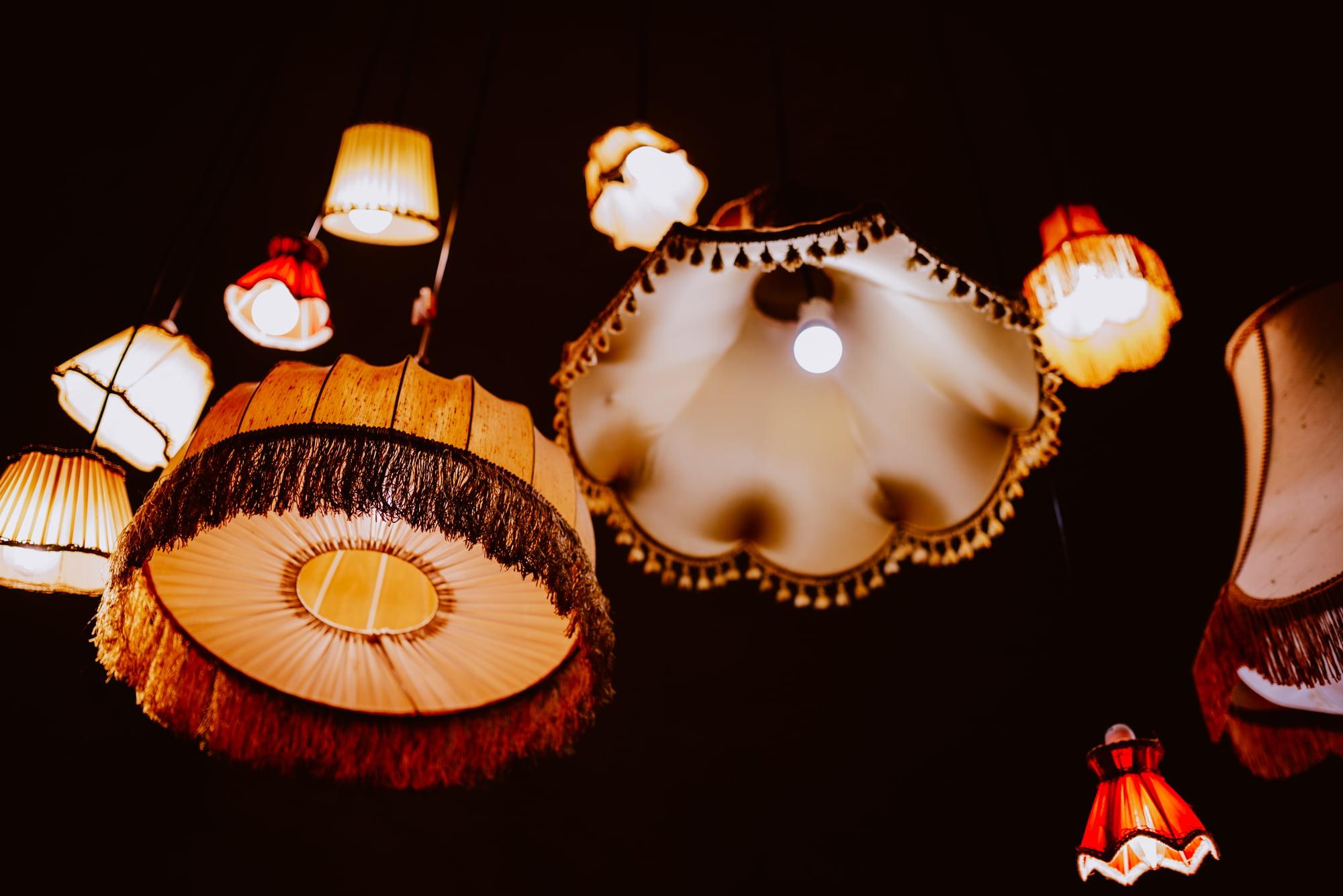 Wiele lamp ze starymi materiałowymi żyrandolami.