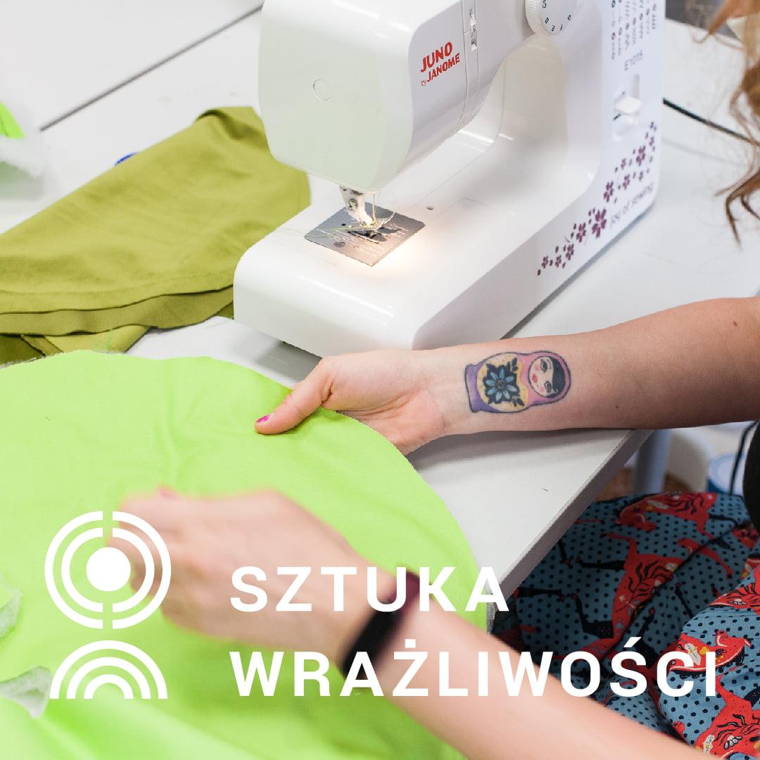 grafika promująca wydarzenie. Zbliżenie na maszynę do szycia i pracującą przy niej osobę, która ma pomalowane paznokcie i tatuaż - matrioszkę.