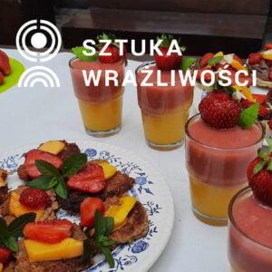 Zdjęcie owocowych potraw na talerzu oraz z szklankach z truskawkami. W górnej części napis Sztuka Wrażliwości.