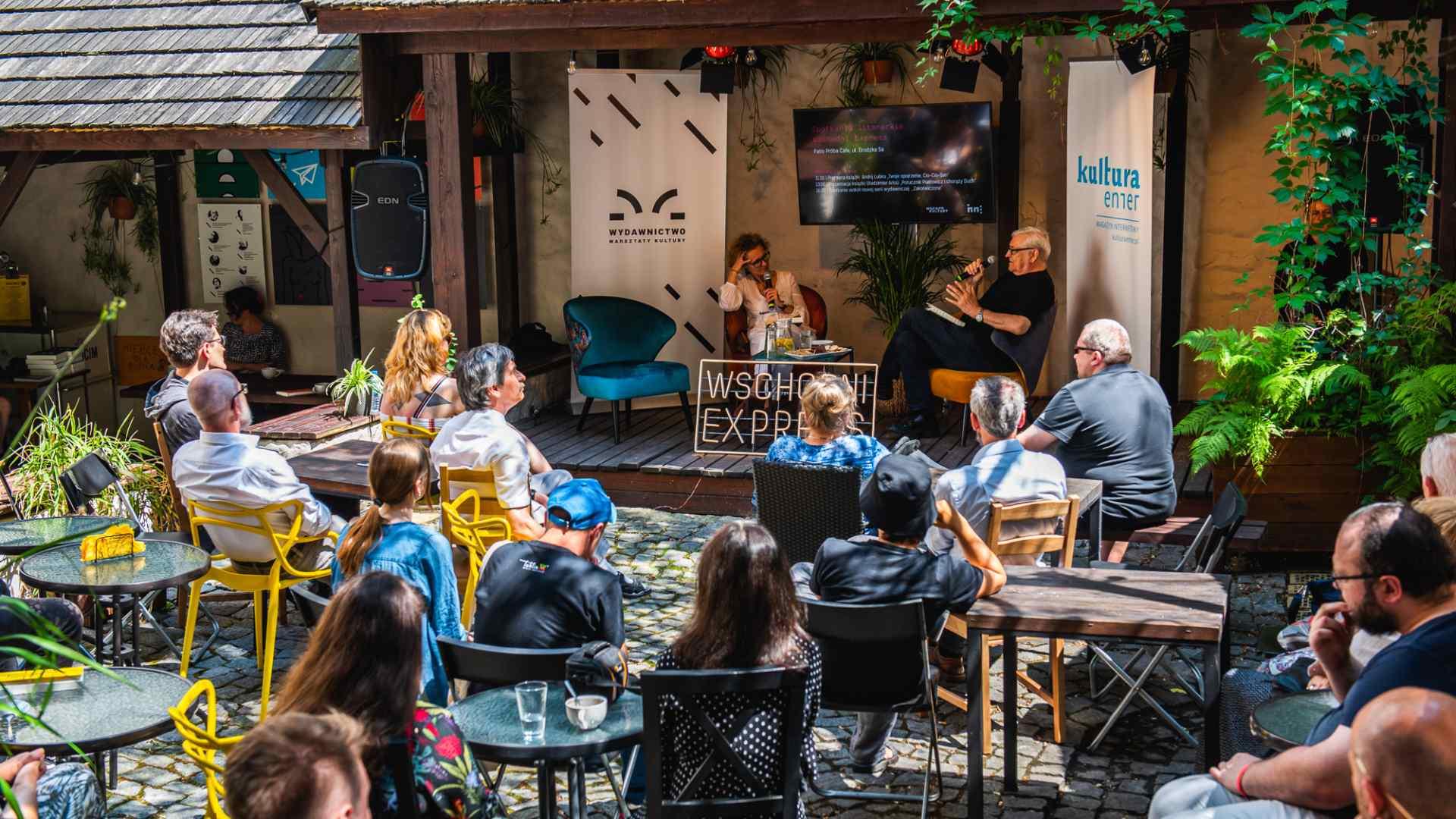 Zdjęcie Próba Cafe podczas spotkania Wschodni Ekspress - grupa ludzi siedzi na spotkaniu przodem do podestu z prowadzącymi.