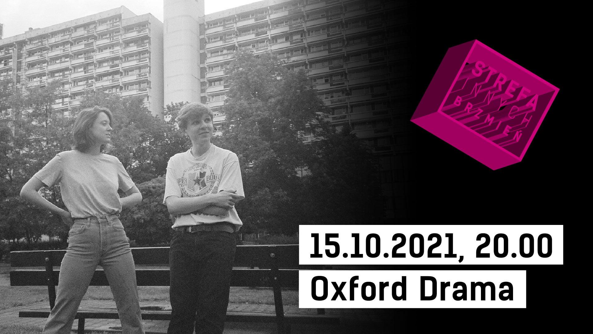 Zdjęcie dwóch kobiet przy ławce na blokowisku. Po lewej logo Strefa Innych Brzmień oraz napis 15.10.2021, 20.00 Oxford Drama
