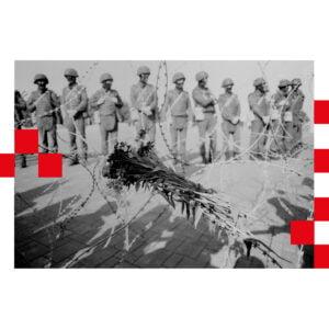 Zdjęcie kwiatów na drucie kolczastym, w tle rząd żołnierzy. Po obu stronach zdjęcia czerwono białe kwadraty.