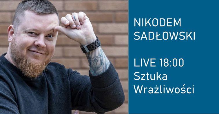 Obrazek przedstawia uśmiechniętego pana. Obok napis Nikodem Sadłowski Live godz.18.00 Sztuka Wrazliwości