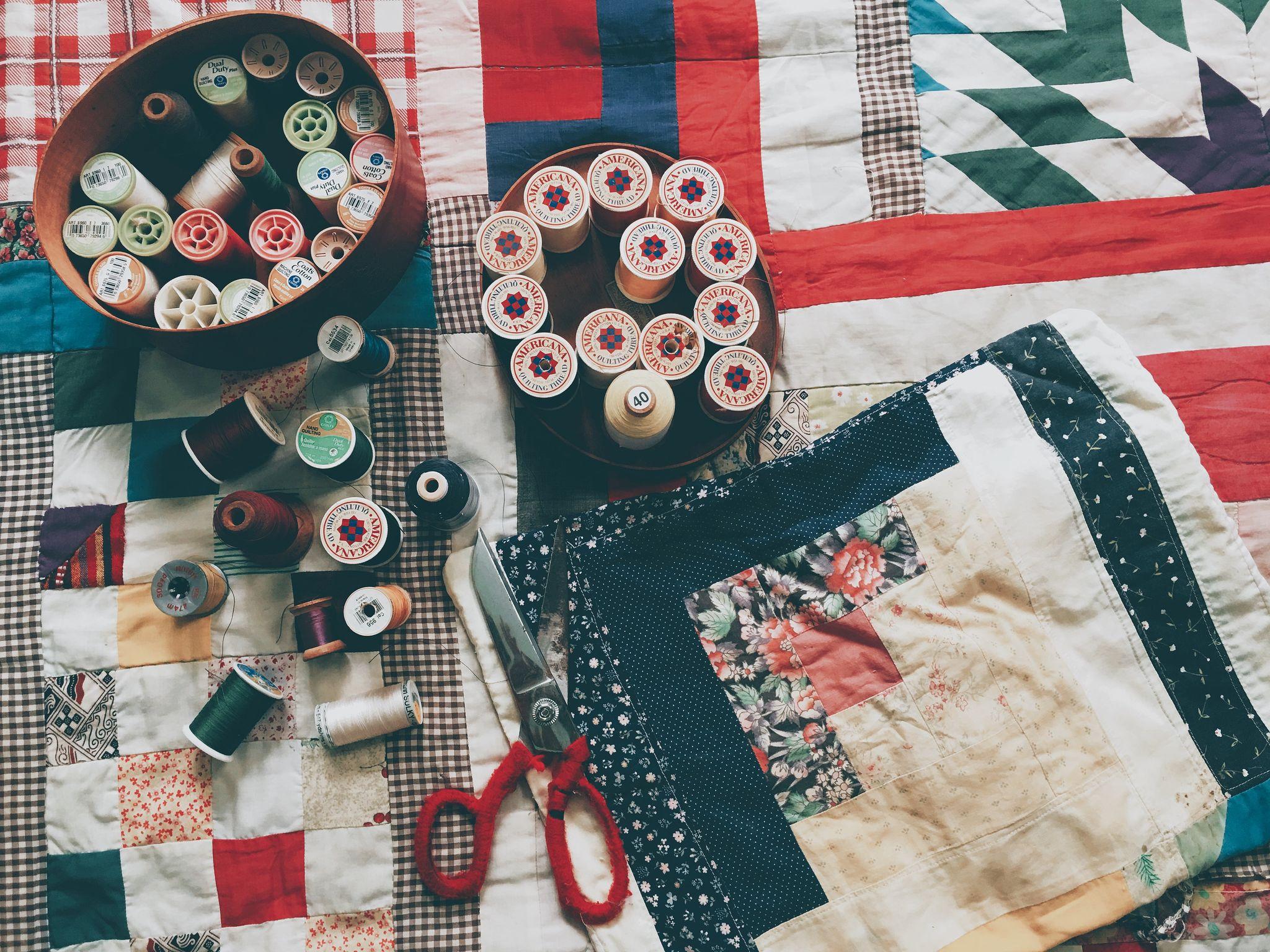 Zdjęcie nici, nożyczek i materiałów do szycia.