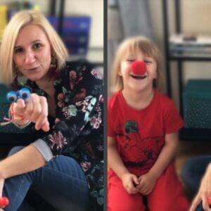 Na zdjęciu widzimy uśmiechniętą panią oraz śmiejąca się dziewczynkę z czerwonym nosem klauna