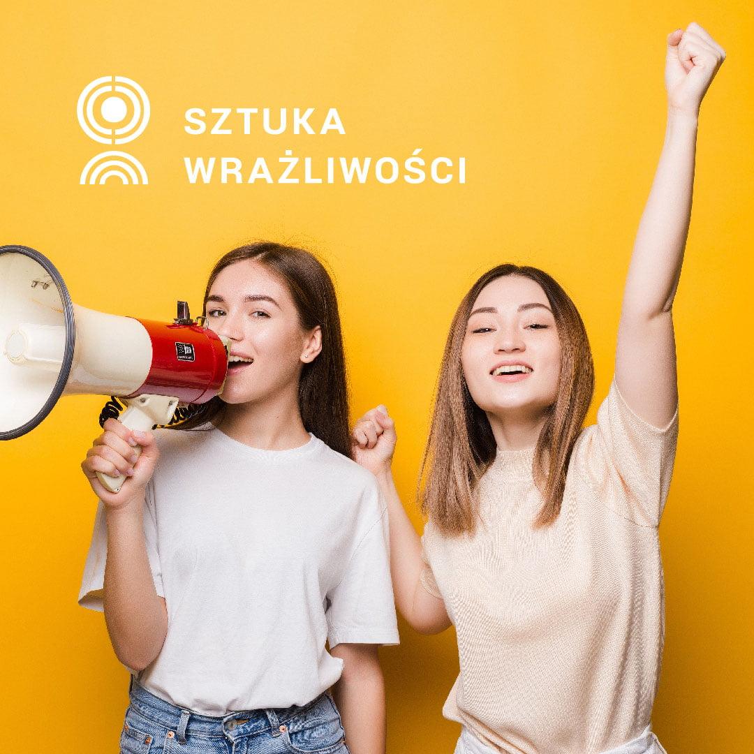 Dwie dziewczyny z megafonem. U góry logo Sztuka Wrażliwości.