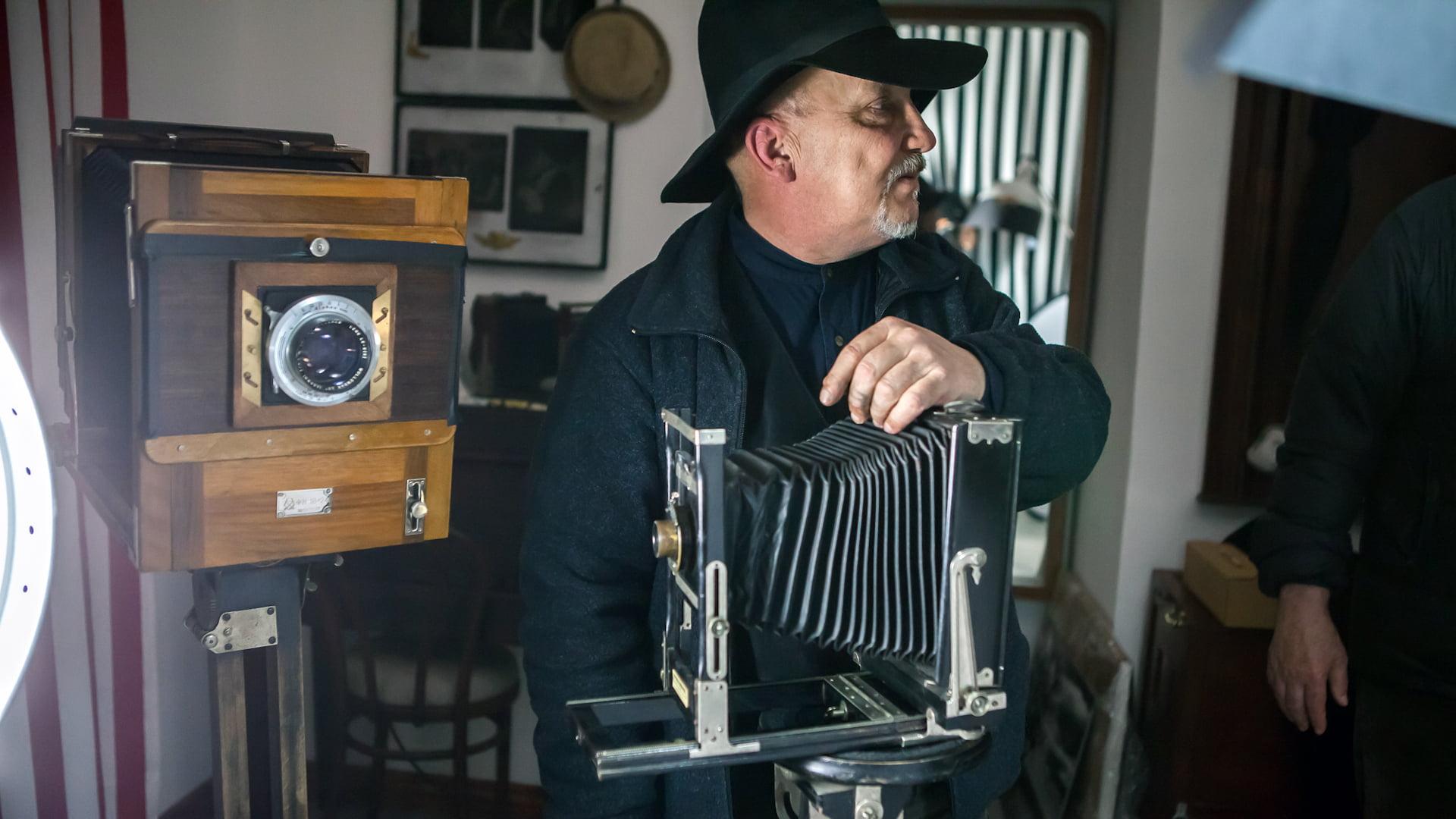 Na zdjęciu Roman Krawczenko z zabytkowym aparatem fotograficznym