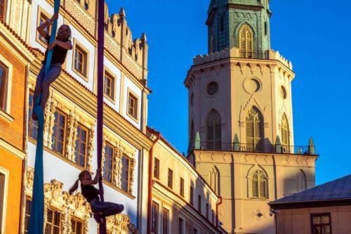 Rynek Starego Miasta w Lublinie. Akrobatki na szarfach