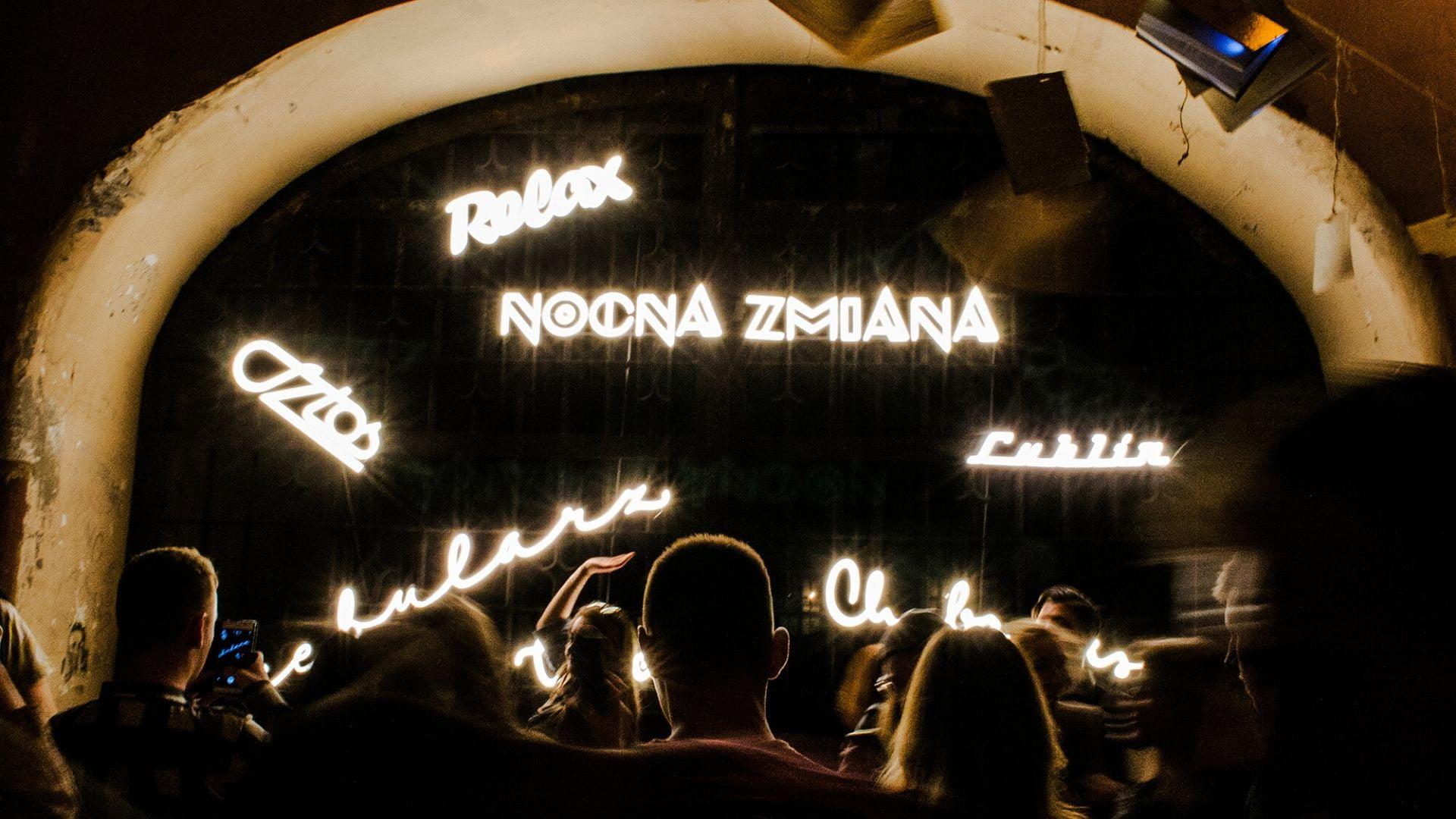 Noc Kultury, tłum ludzi, widoczne neony: Relax, Nocna Zmiana, Lublin